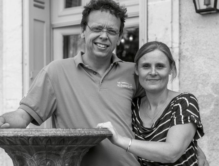 Photo noir et blanc d'un couple dans les bras l'un de l'autre, un homme à gauche et une femme à droite