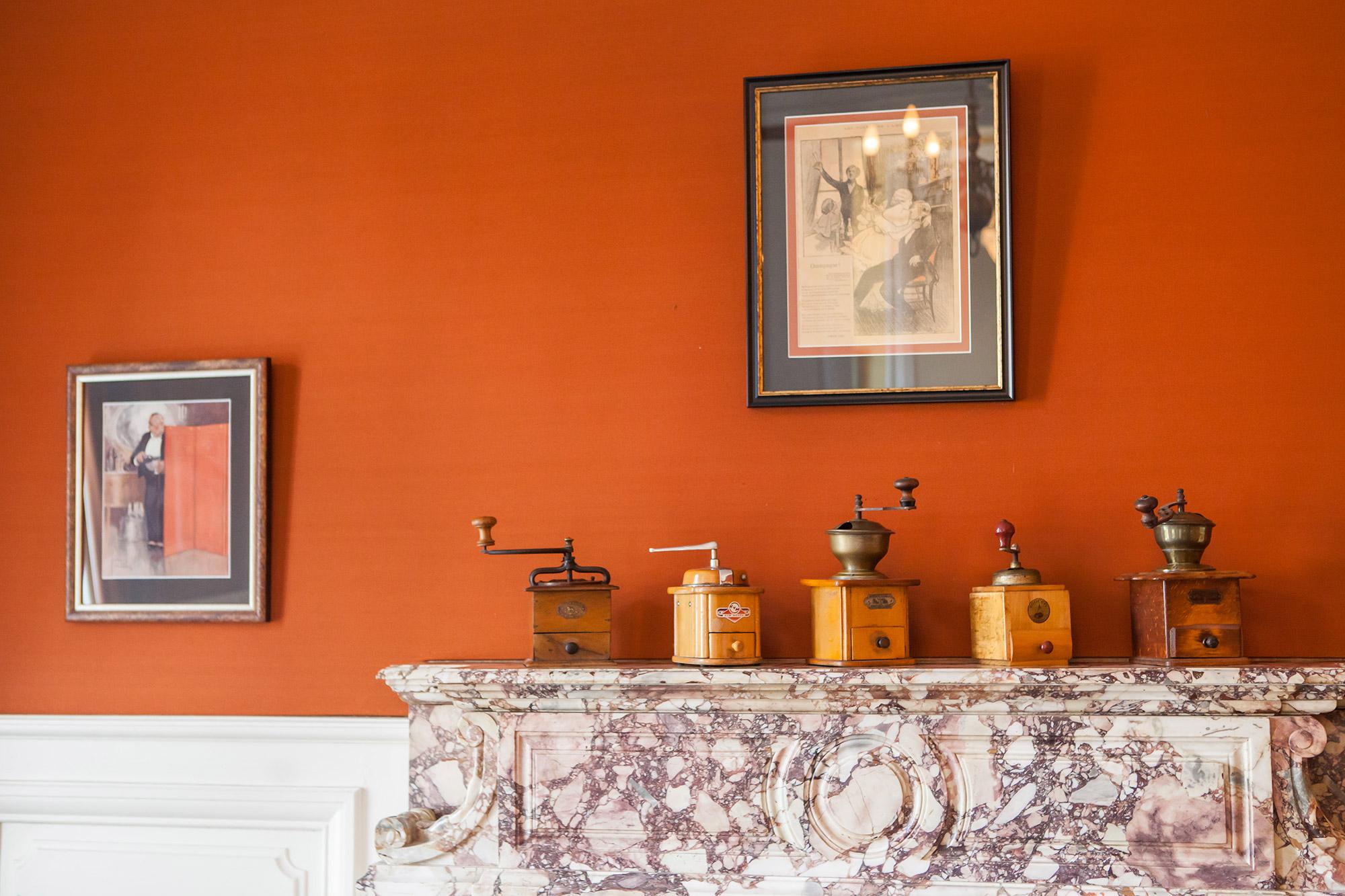 Moulin à café en éléments de décoration posés sur un manteau de cheminée