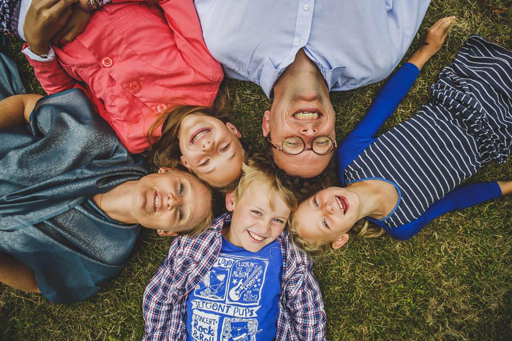 Photon de famille couché sur l'herbe en rond prise de haut