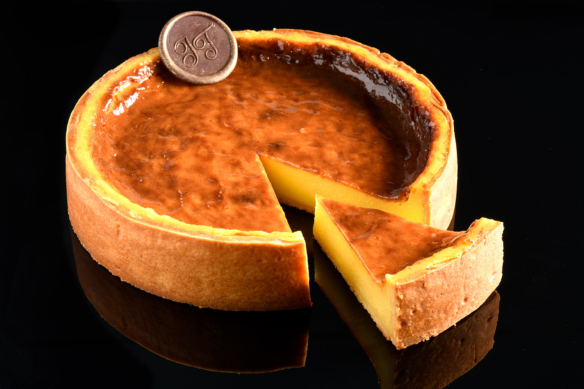 Photo d'un flan sur fond noir