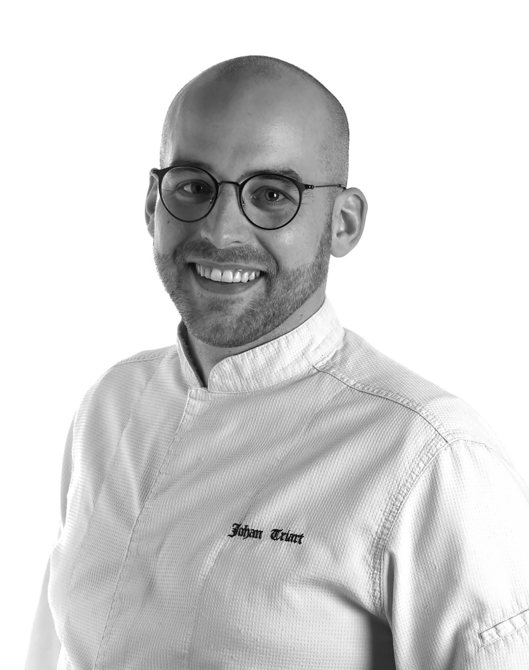Photo noir et blanc d'un chef en veste de cuisinier