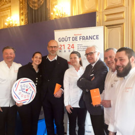 Photo de groupe de plusieurs chefs devant un kakemono Goût de France