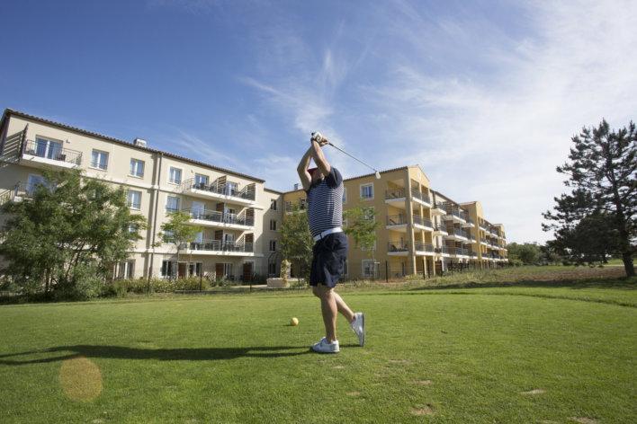 Golfeur qui s'apprête à tirer sur la balle