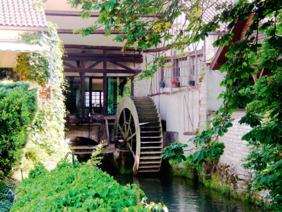 Photo de la roues à aude de l'hôtel Moulin du Landion