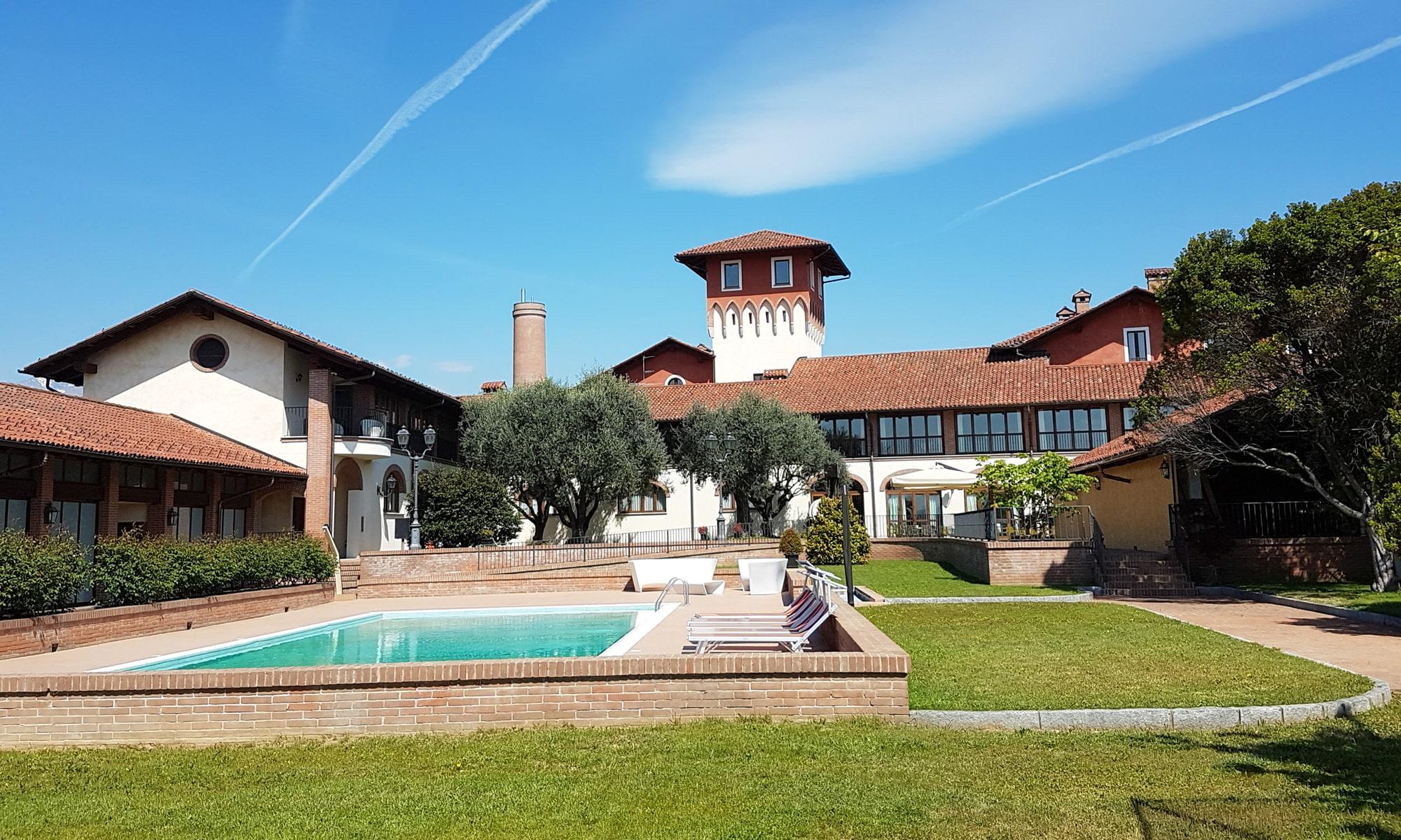 Photo de la façade de l'établissement avec sa piscine extérieur