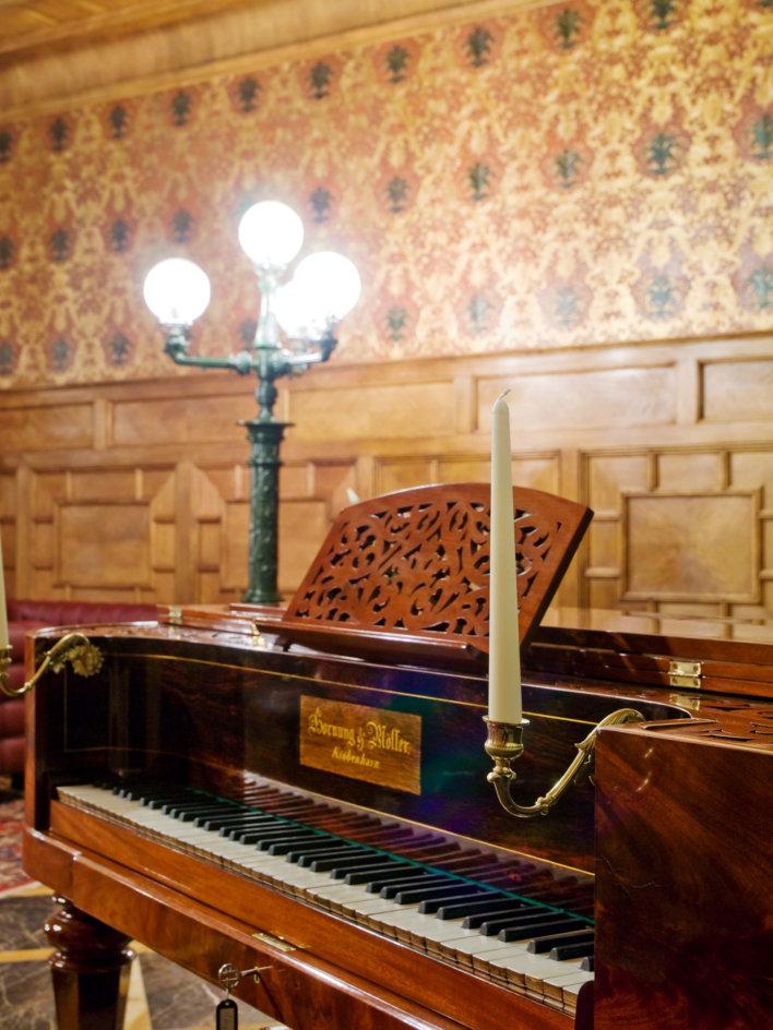 Piano avec une belle longue bougie et une lumière poser dessus