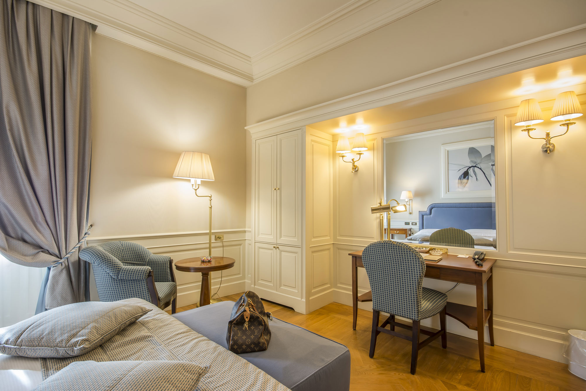 Suite double avec une décoration ancienne et couleur bleu