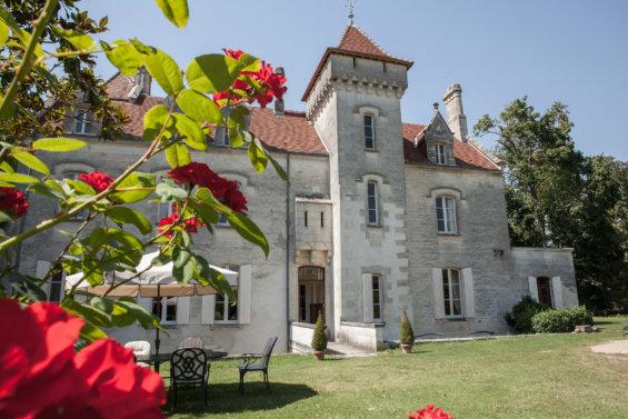 Façade d'un château avec tourelle et tuiles ocre