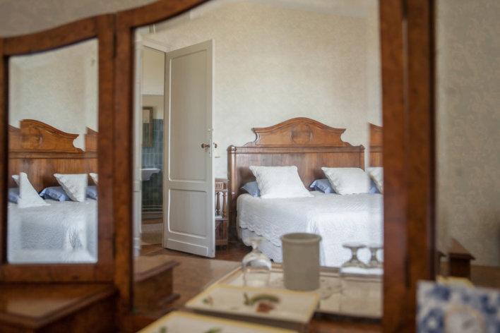 Chambre double reflétée dans un miroir