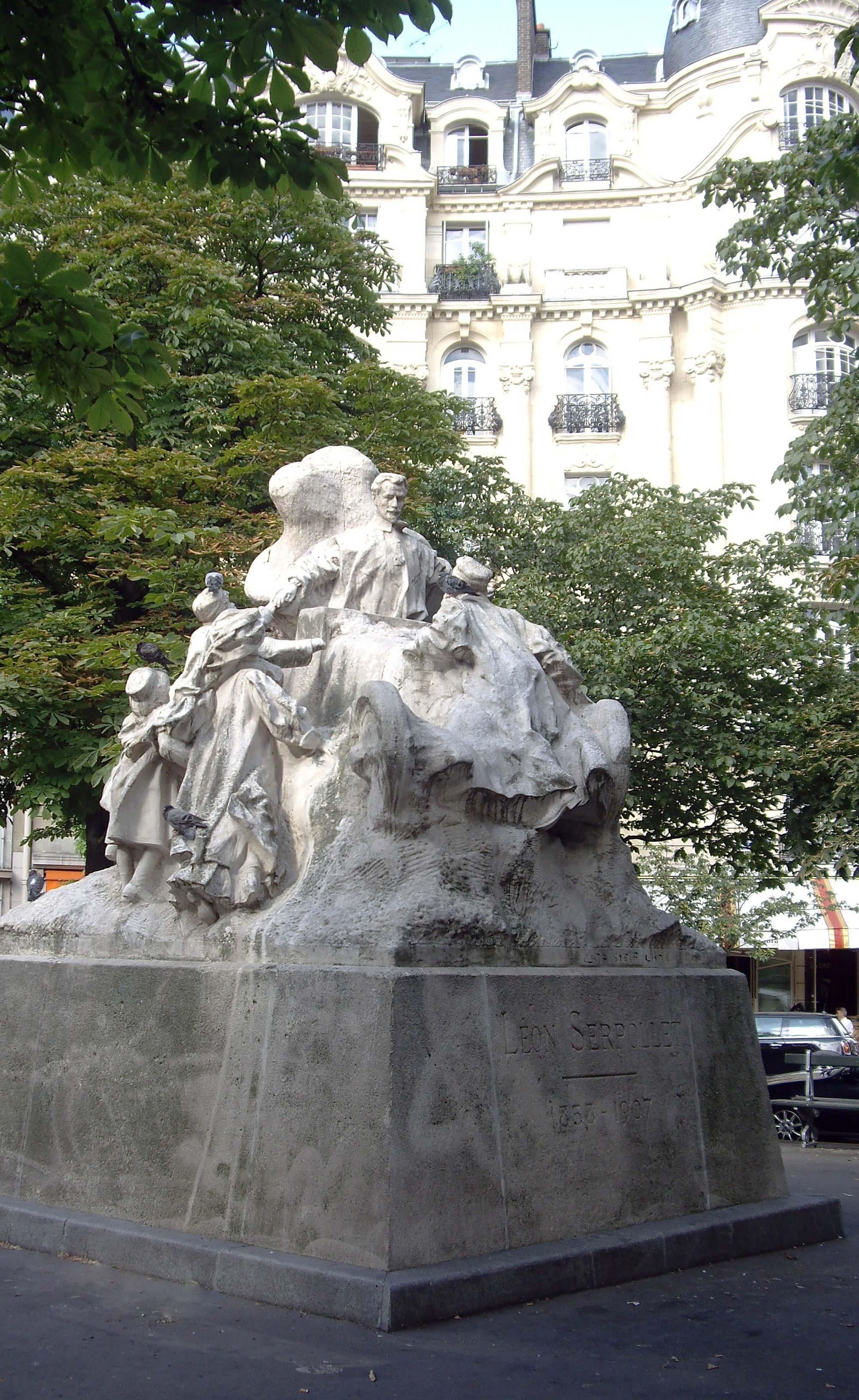 © Wikimedia Commons - Statute au milieu d'une place