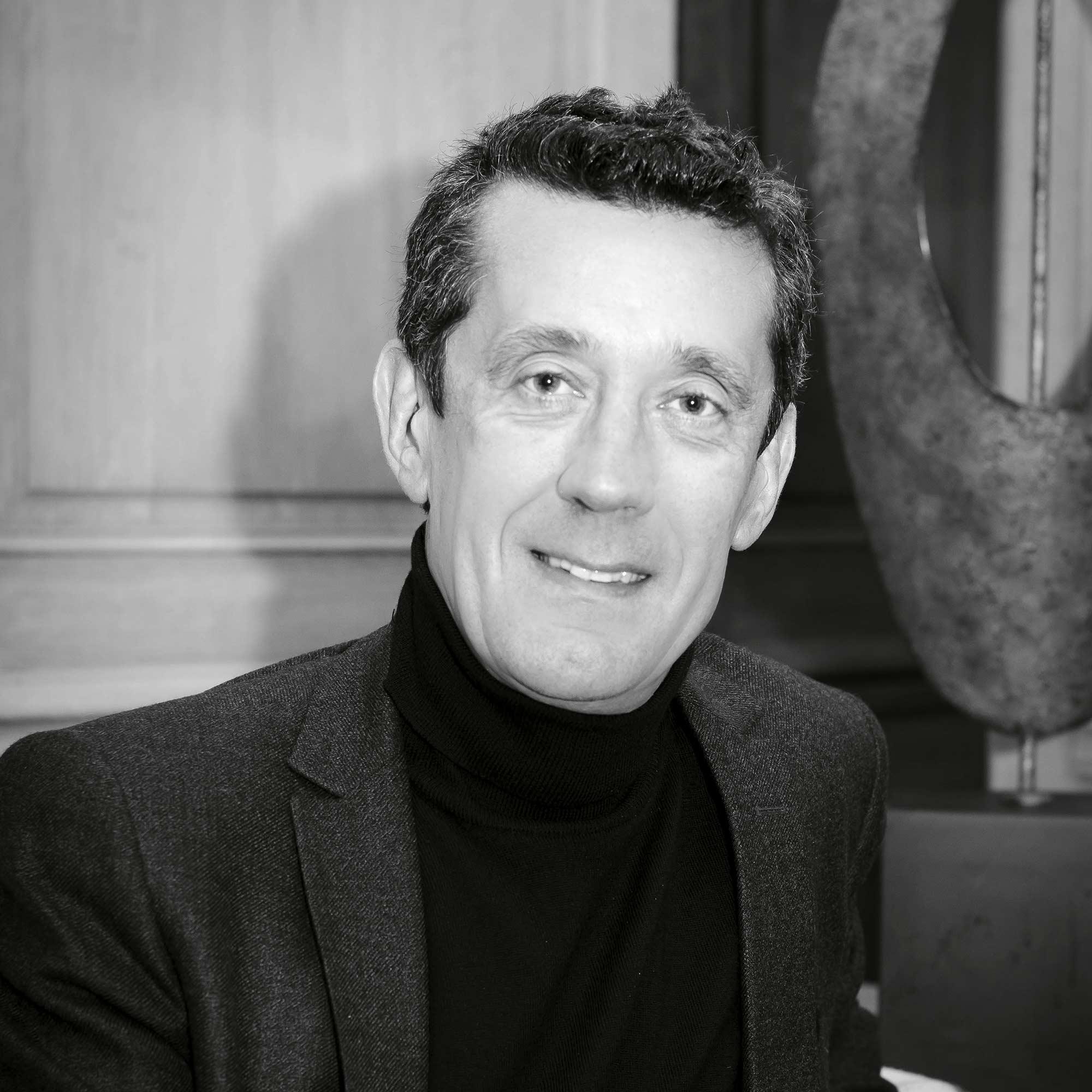 Photo portrait noir et blanc d'un homme en blazer et col roulé noir