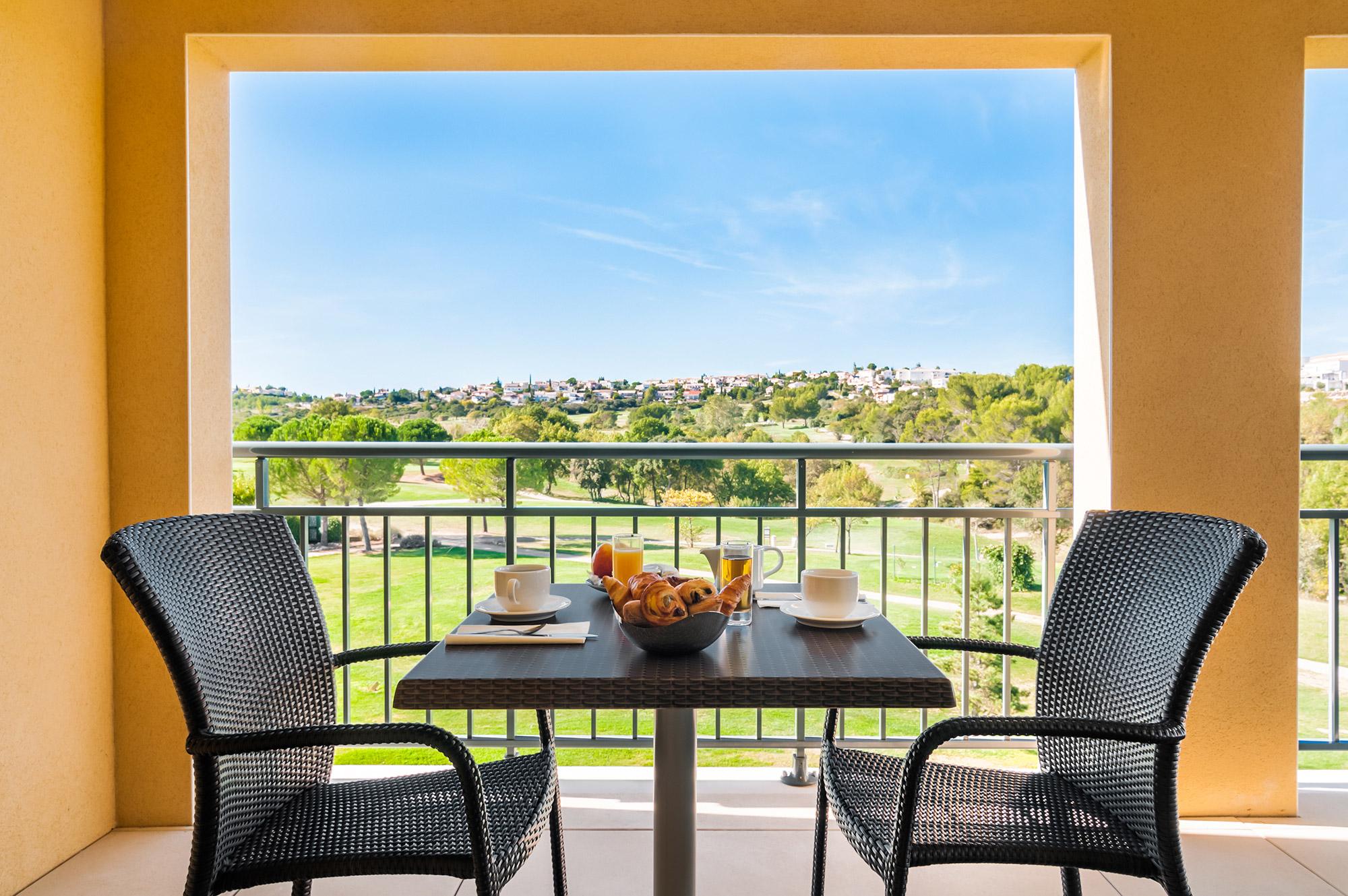 Table de petit-déjeuners avec vue imprenable sur un golf.