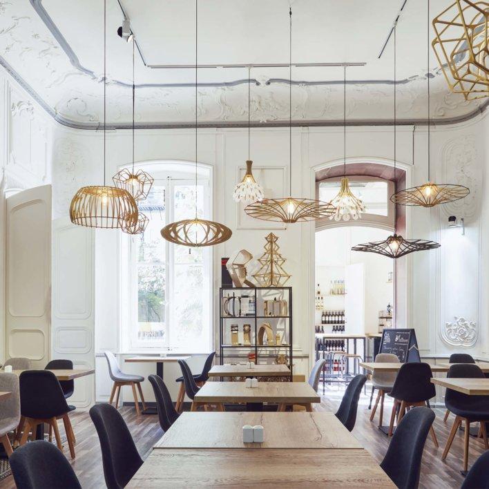 Salle de restaurant, design, suspensions différentes et grandes fenêtres