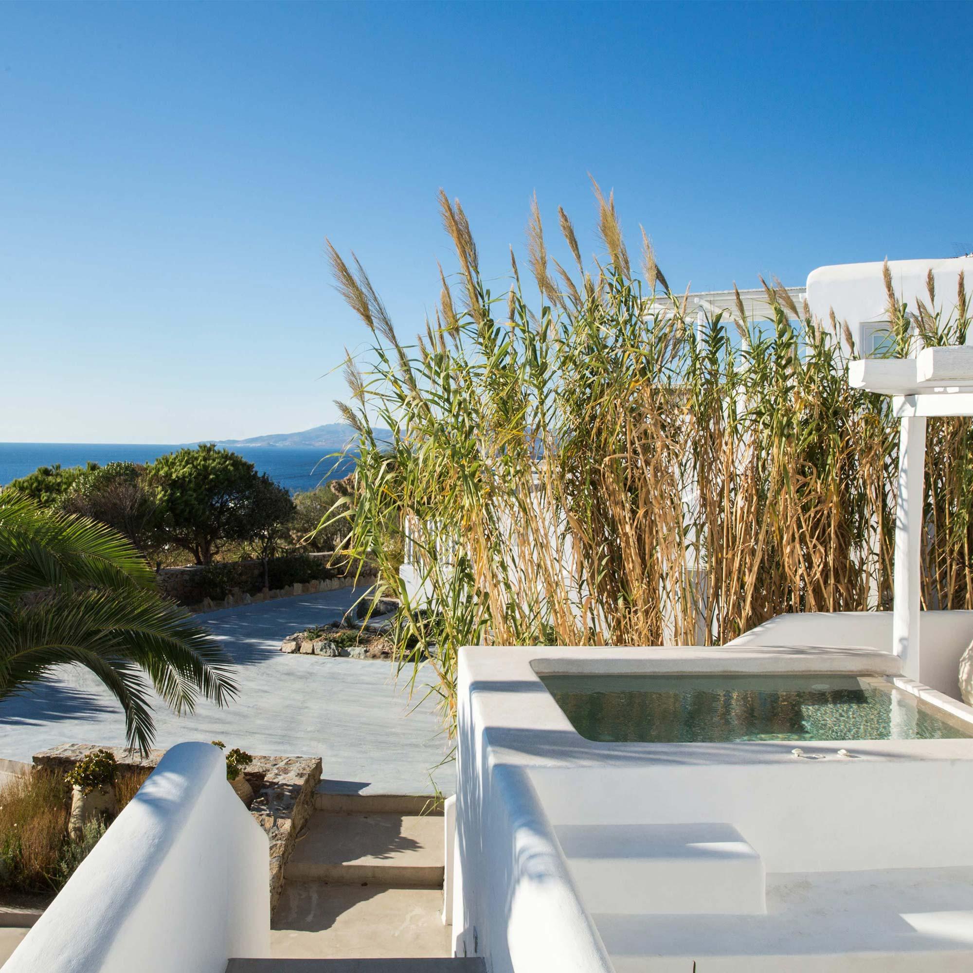 terrasse avec jacuzzi privatif et vue mer