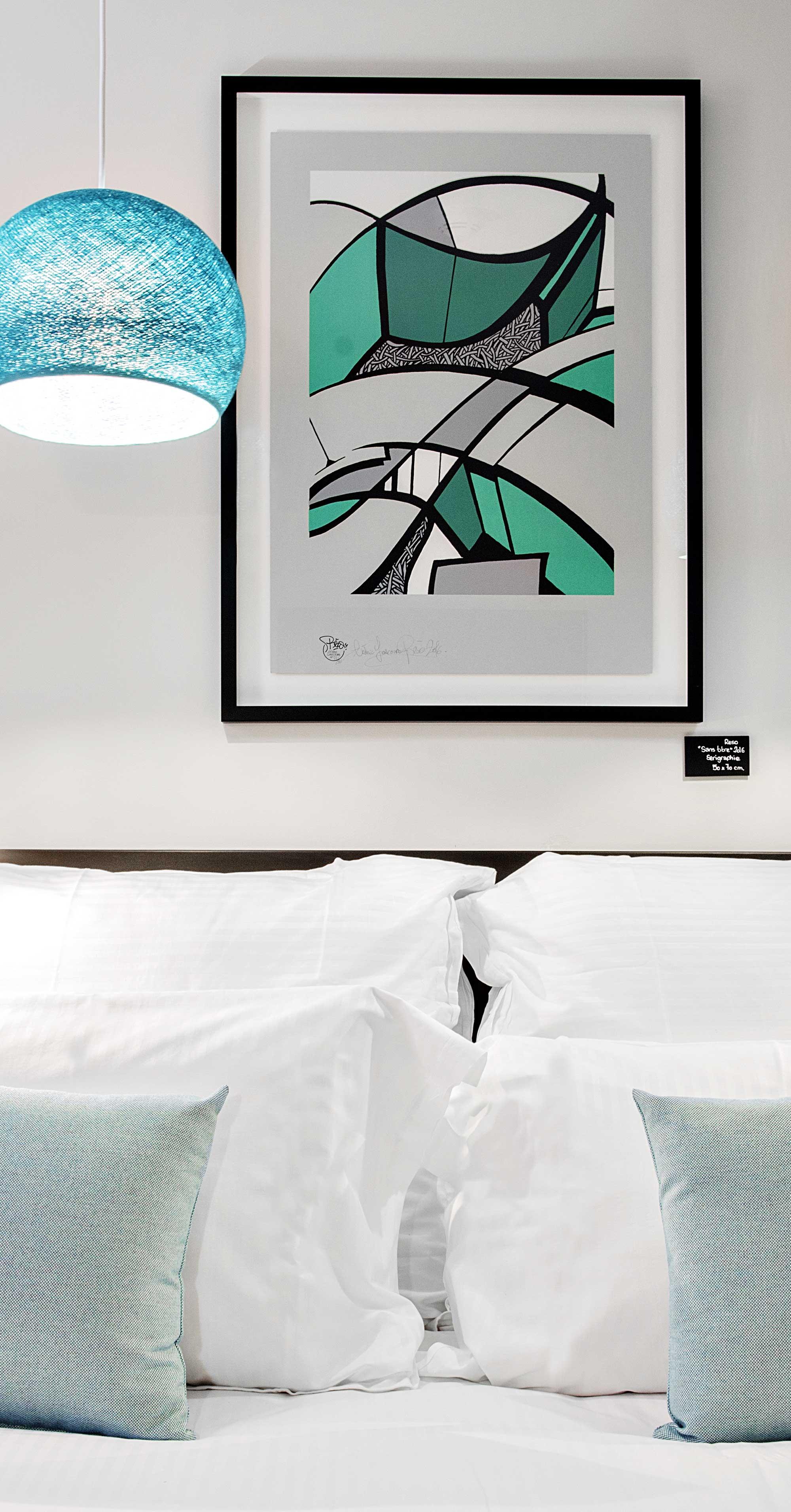 Toile sérigraphié couleur de bleu turquoise, verts, blancs et gris en guise de tête de lit
