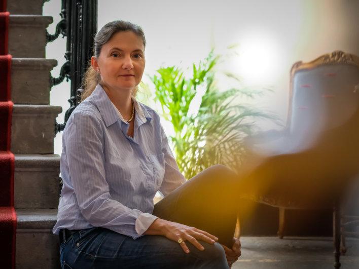 Portrait d'une femme assise dans un escalier en pierre