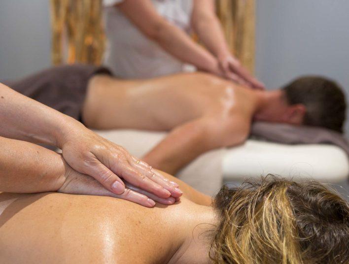 Salle de massage duo avec deux personnes se faisant masser le dos