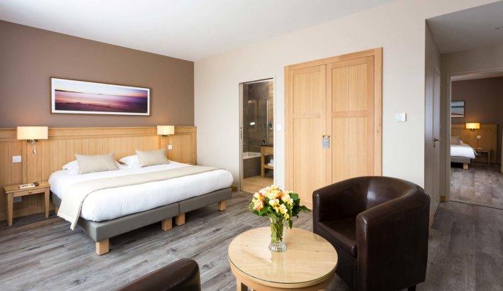 Chambre lit double avec tableau couché de soleil en tête de lit