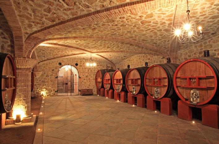 Cave avec fûts pour contenir le vin