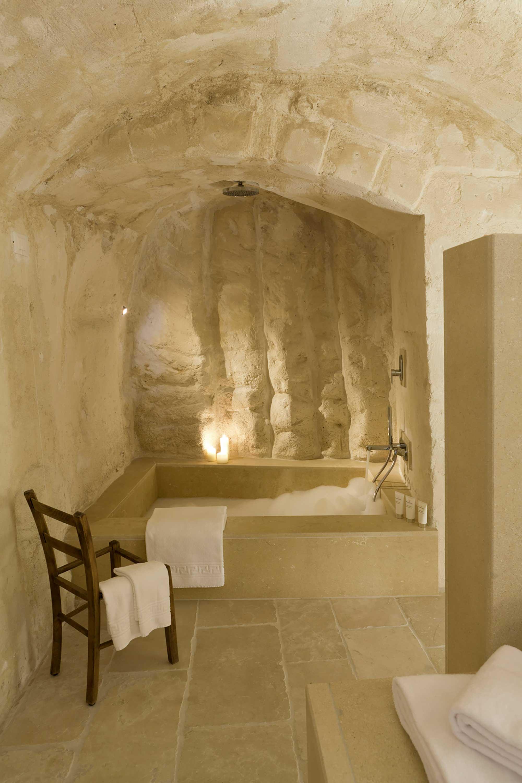 Salle de bain avec baignoire dans une pièce troglodytique