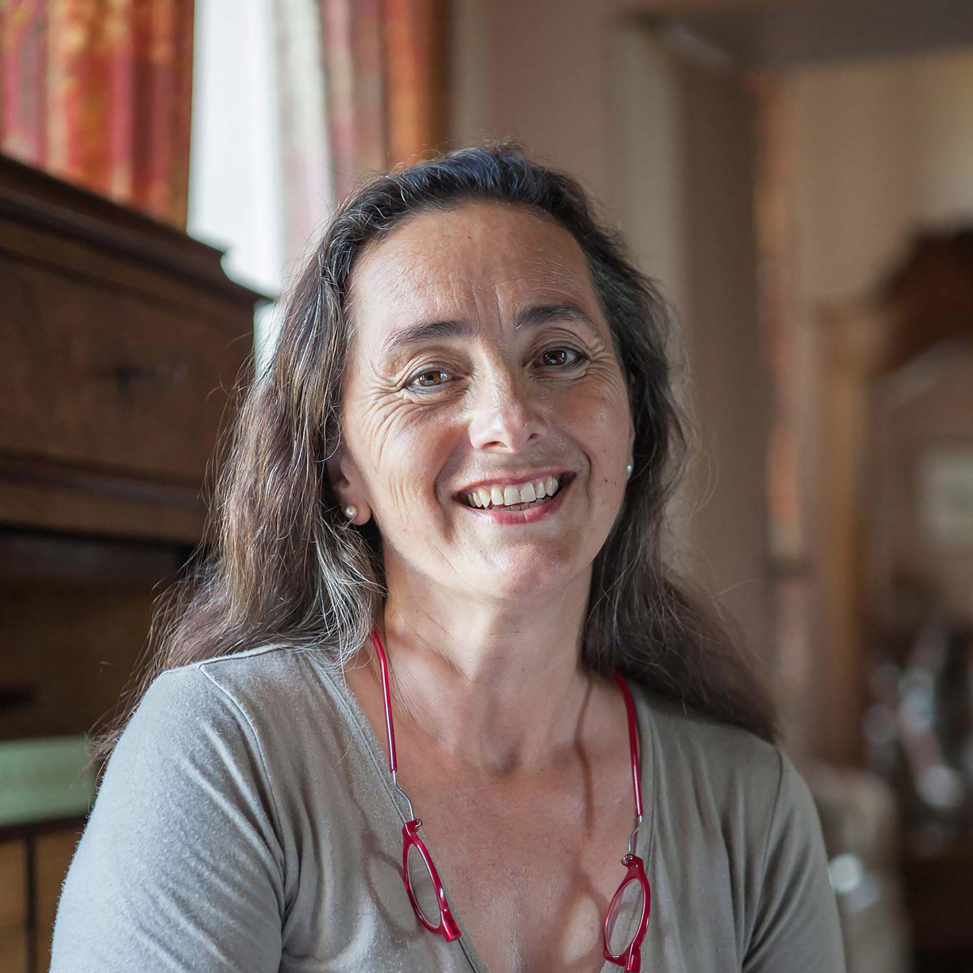 Portrait d'une femme avec lunette rouge détachées au col, t-shirt gris