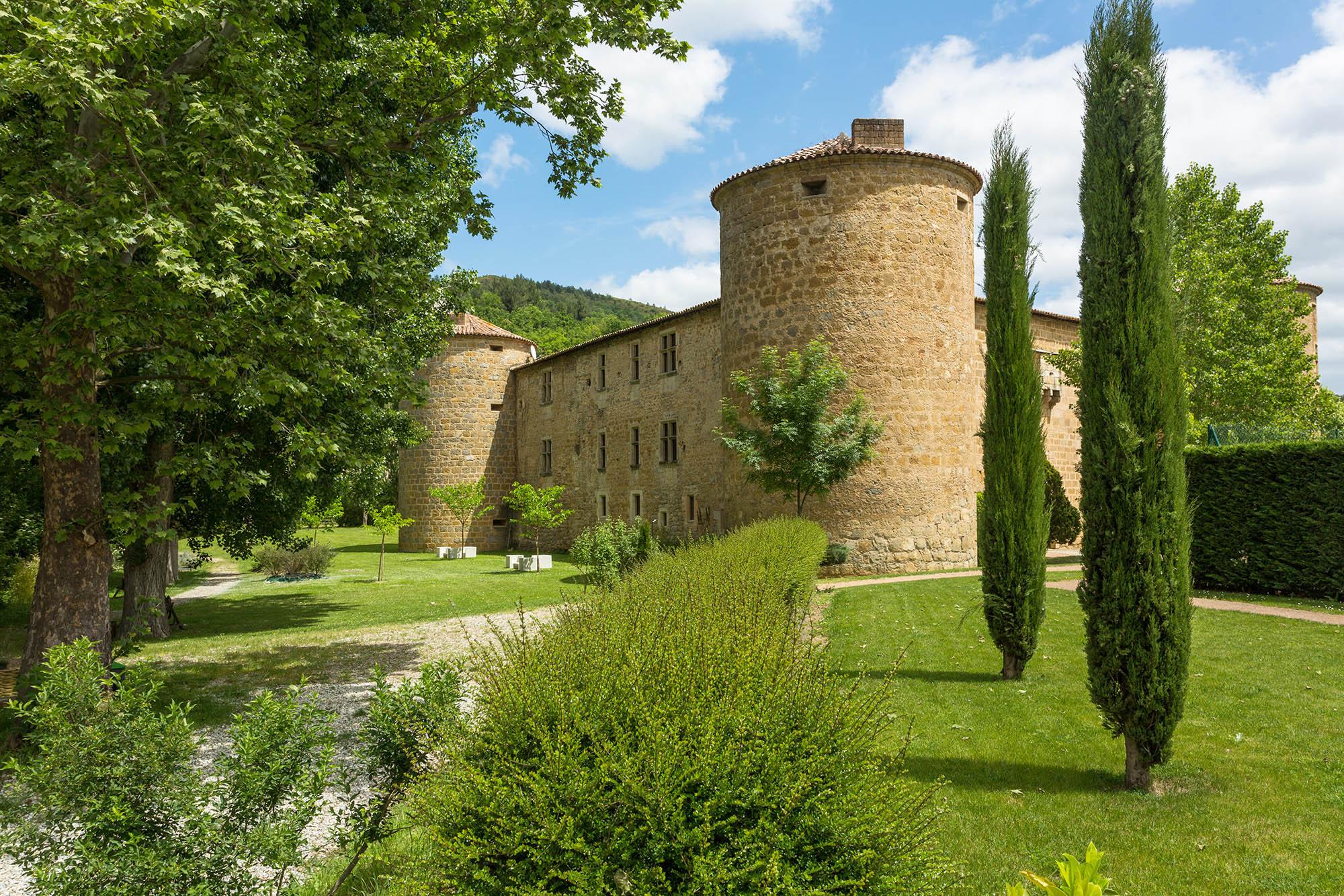 Au milieu d'un belle verdure verte, se trouve le Château des Ducs de Joyeuses. La photo à été prise de profil au loin
