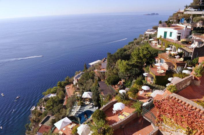 vue aérienne sur les différentes terrasses de l'établissement et sur la piscine extérieure. Vue sur la mer
