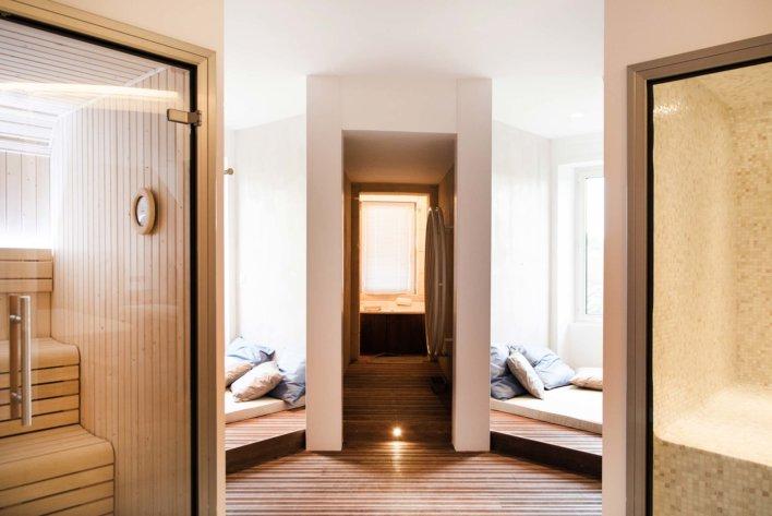 Chambre suite d'hôtel, séparé en trois espace, un nuit, un salle de bain et un bien-être avec hammam et sauna