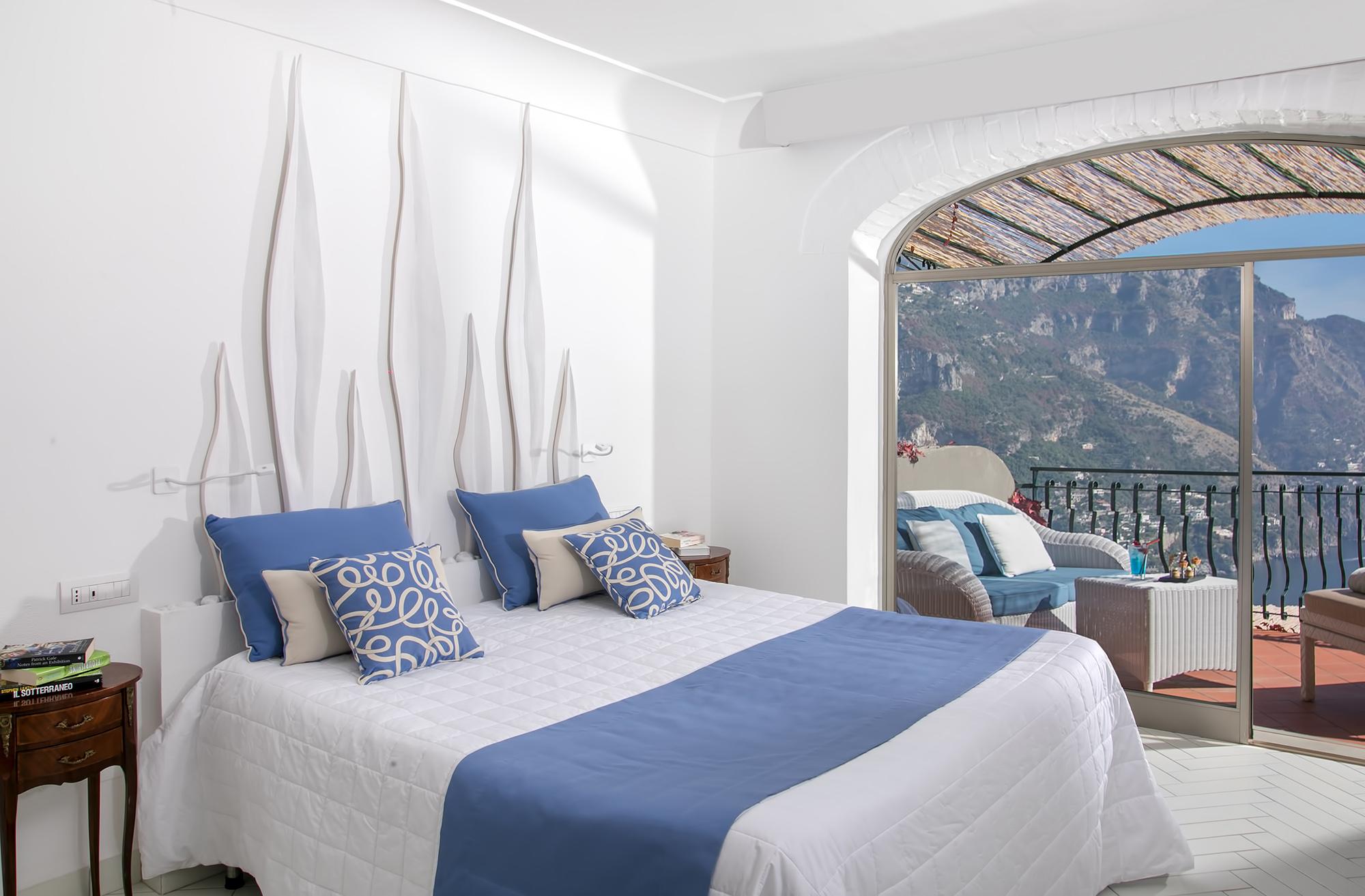 Belle chambre lumineuse avec des couleurs bleu et blanc , et une jolie balcon qui donne une vue la mer et les falaises.