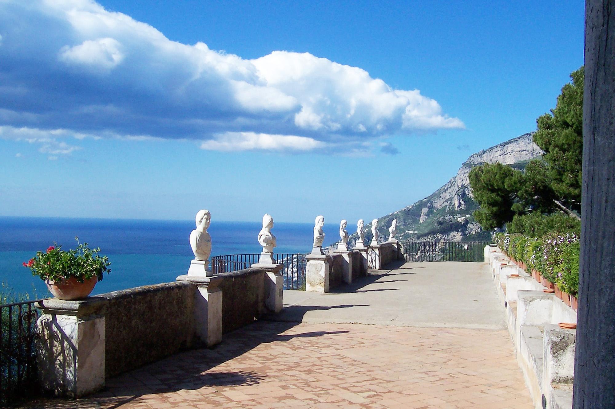 Passerelle bordée de sculpture romaine , qui donne une vue sur la mer