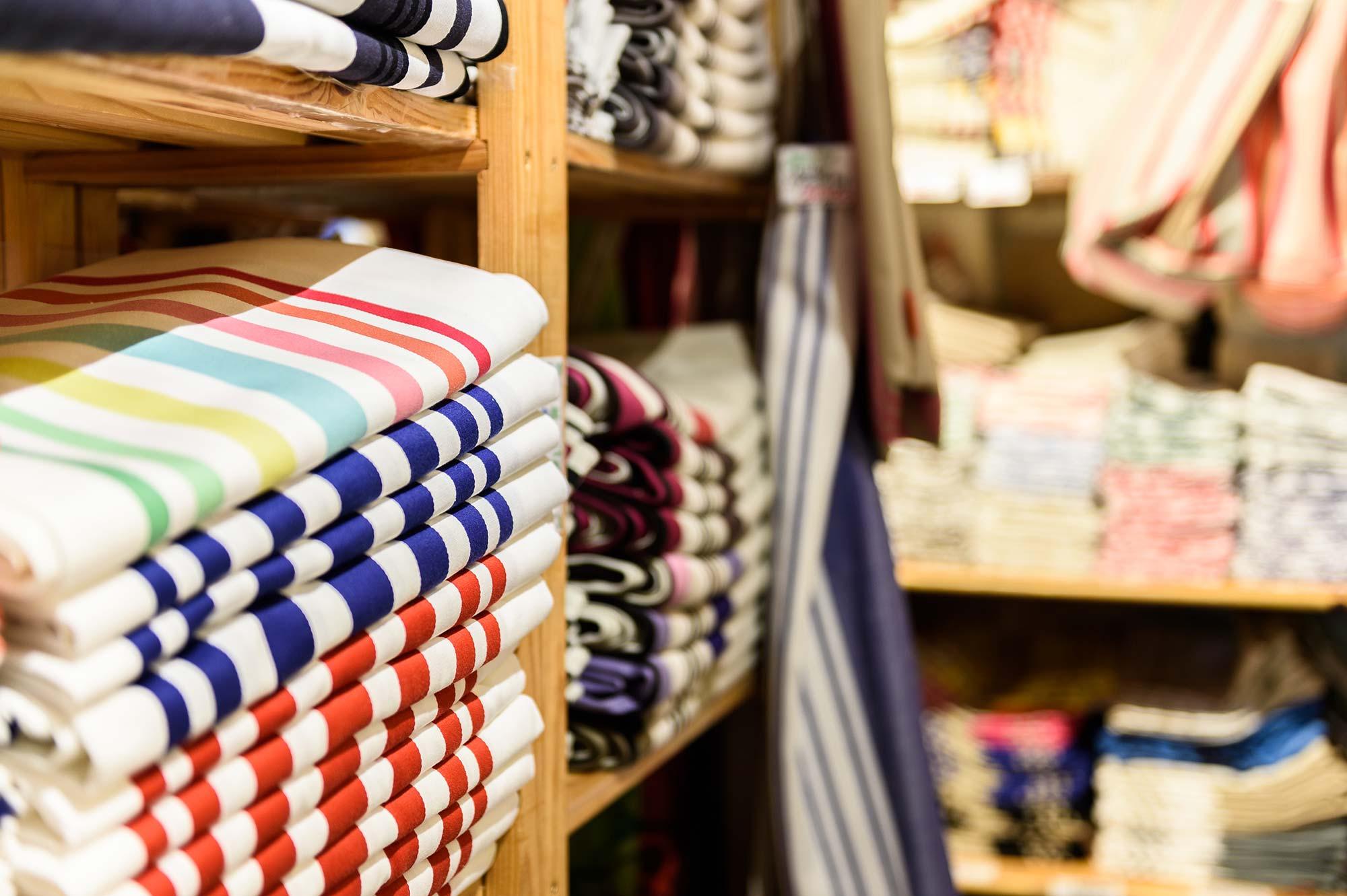 Détail sur des tissus à rayures de plusieurs couleurs