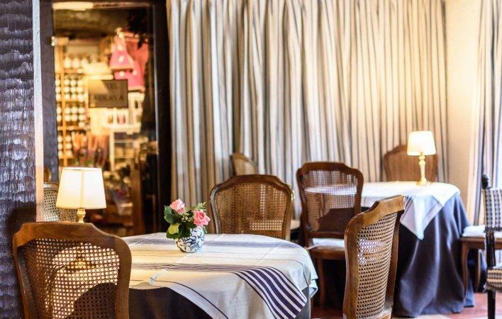 Salon de thé typique du pays basque avec linge de maison basque et chaises en cannage