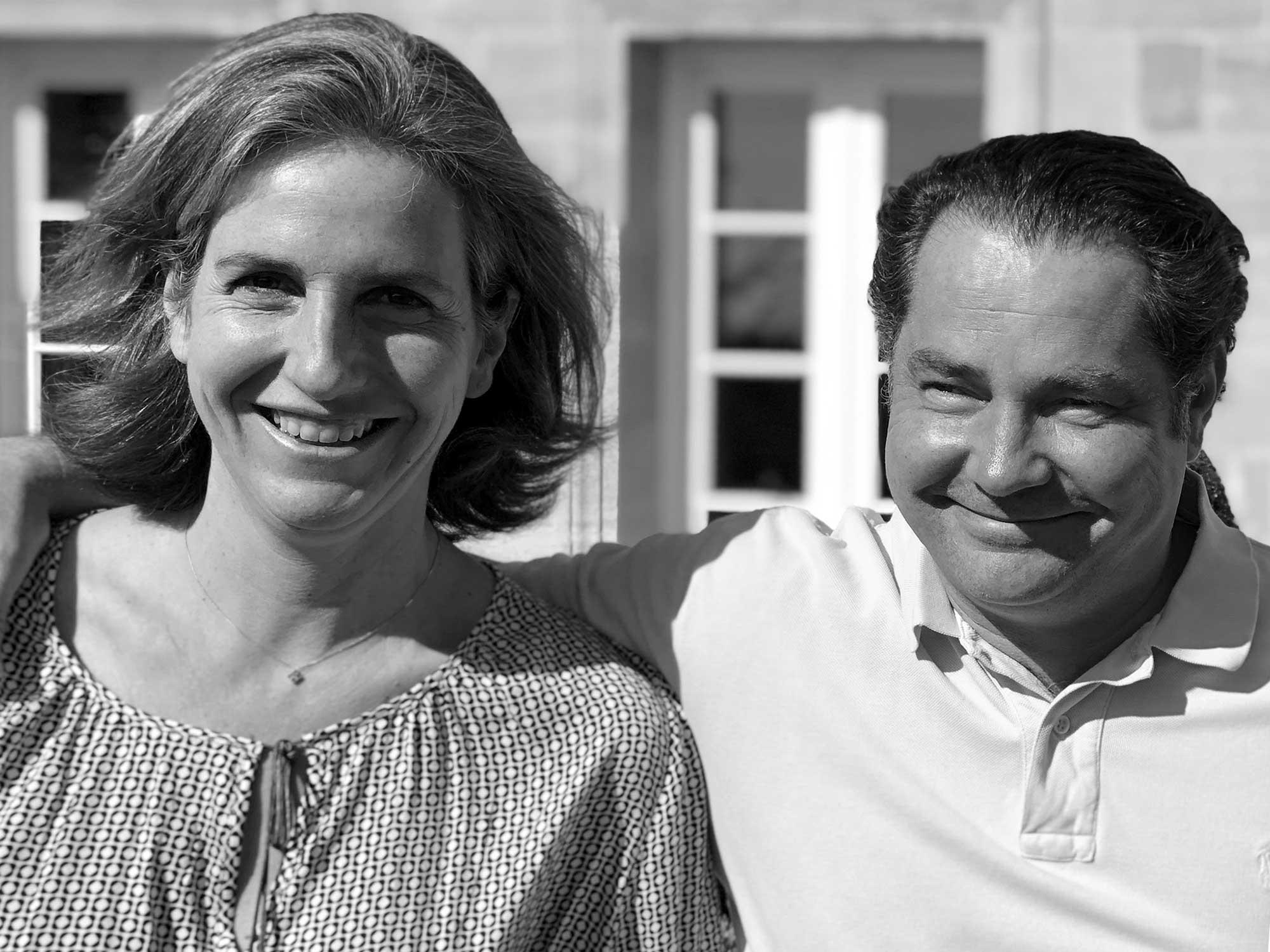 Portrait noir et blanc d'une femme à gauche et d'un homme à droite