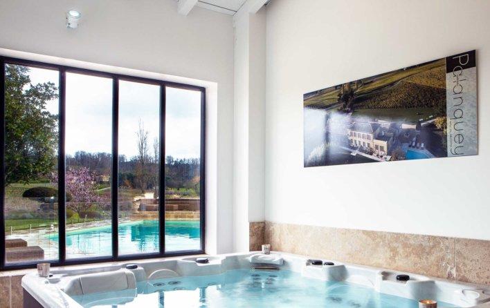 Jacuzzi intérieur avec vue sur piscine extérieur, fenêtre dans un style atelier d'artistes