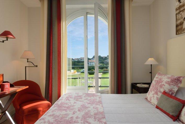 Chambre double avec vue sur jardin arboré