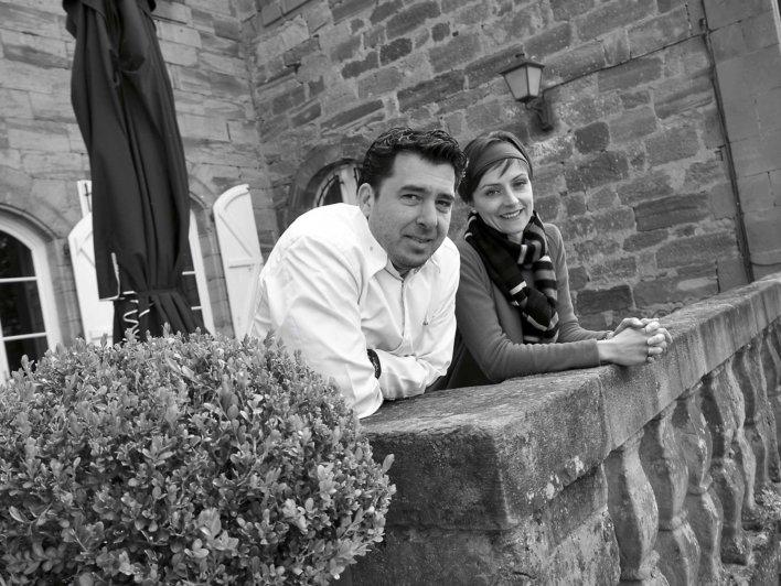 Photo d'un couple d'une femme et d'un homme accoudés à un murets, photo en noir et blanc