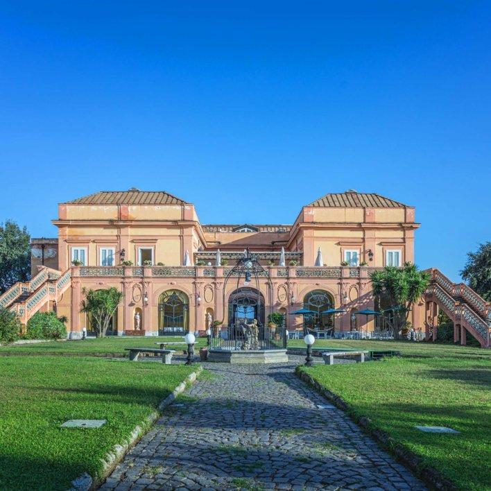 Façade d'une villa typique italienne avec jardin verdoyant