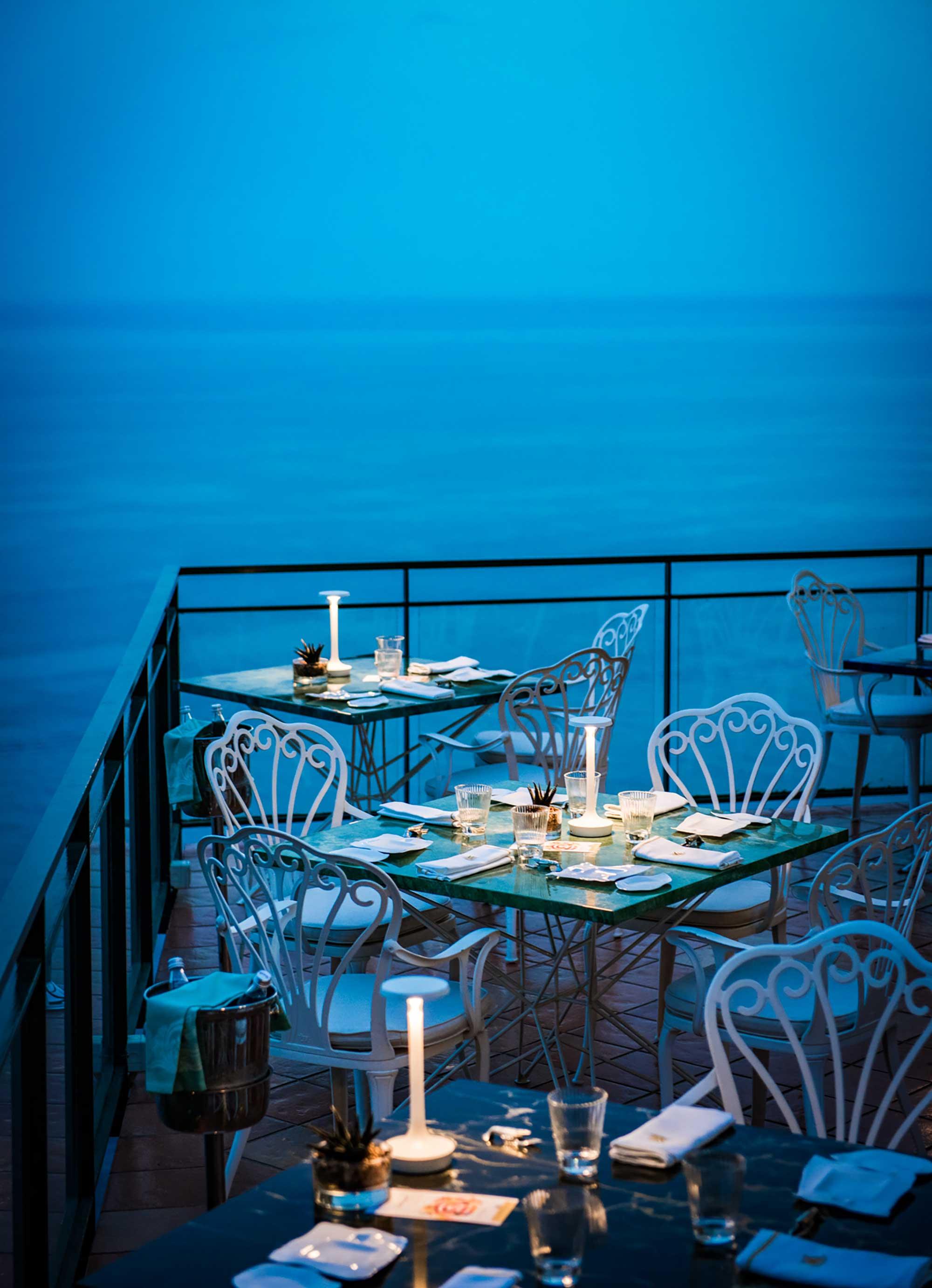 Terrasse dressée avec table pour deux personnes, ambiance romantique