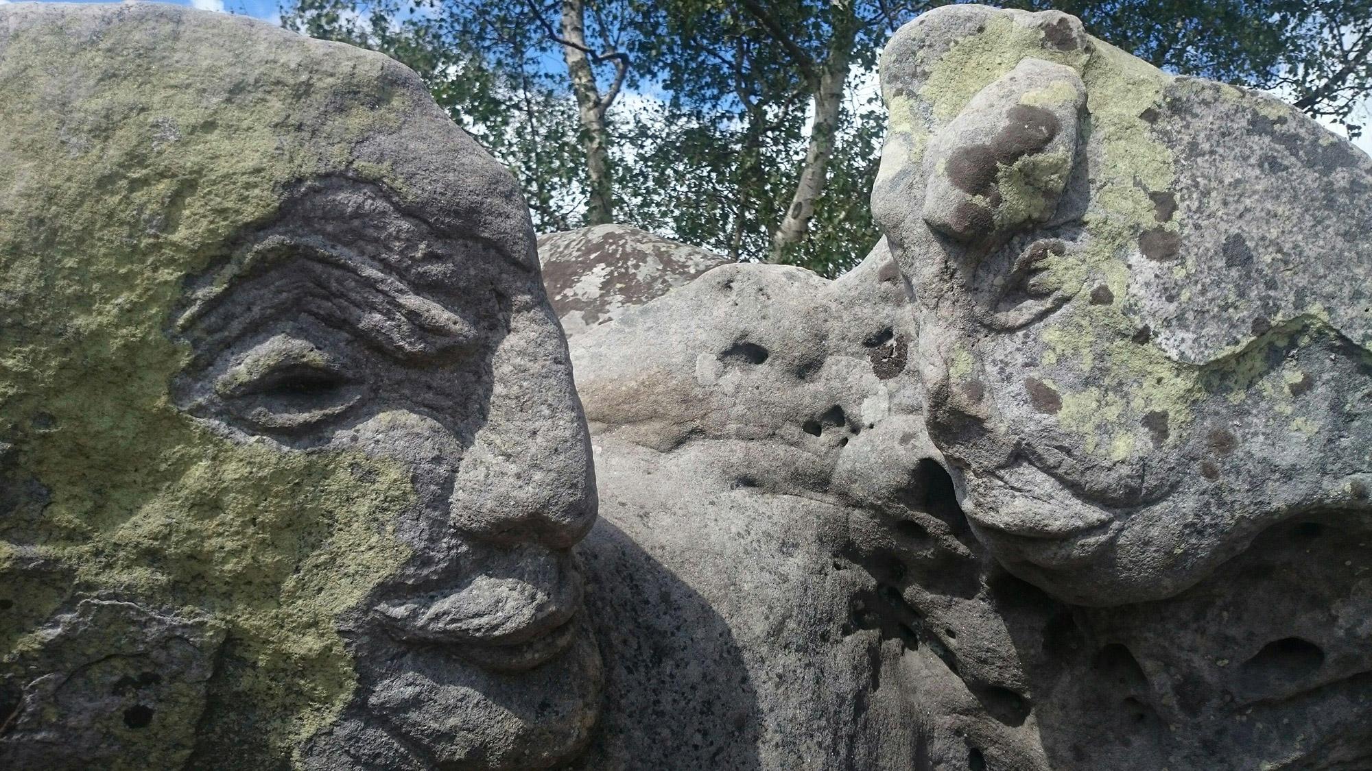 Gros plan sur des pierres insolites situées dans l'Aisne pouvant suggérer des visages.