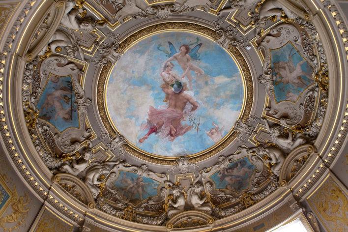 Plafond peint en forme de dôme rappelant un château de l'Oise.