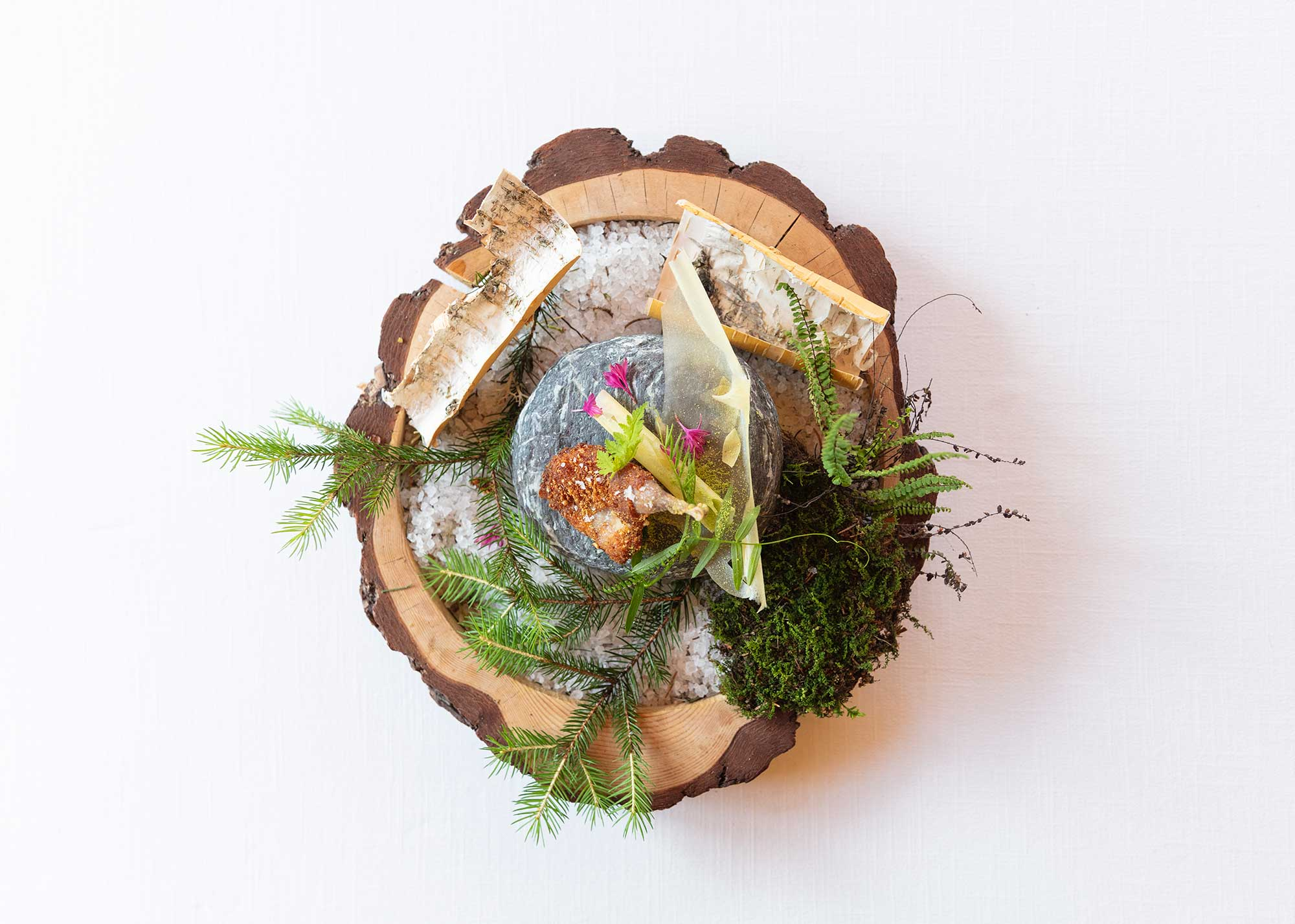 plat en vue aérienne, disposé sur un une assiette en rondin de bois