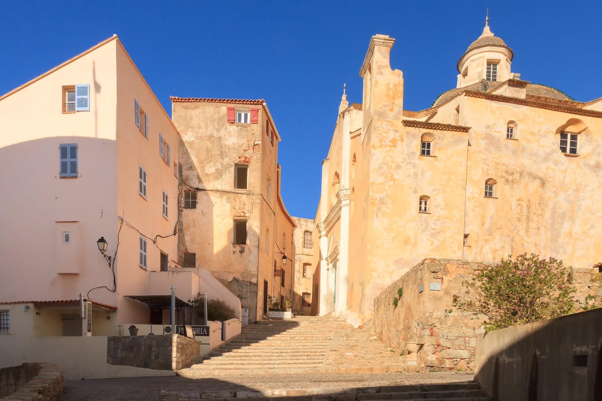Ville de type médiéval avec cathédrale.