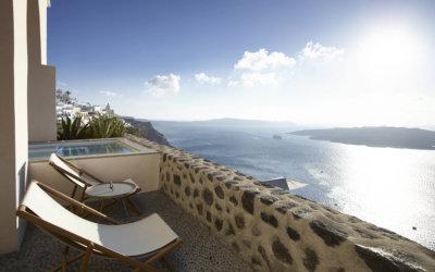 Terrasse avec vue sur mer équipée d'un transat et d'une baignoire balnéo.