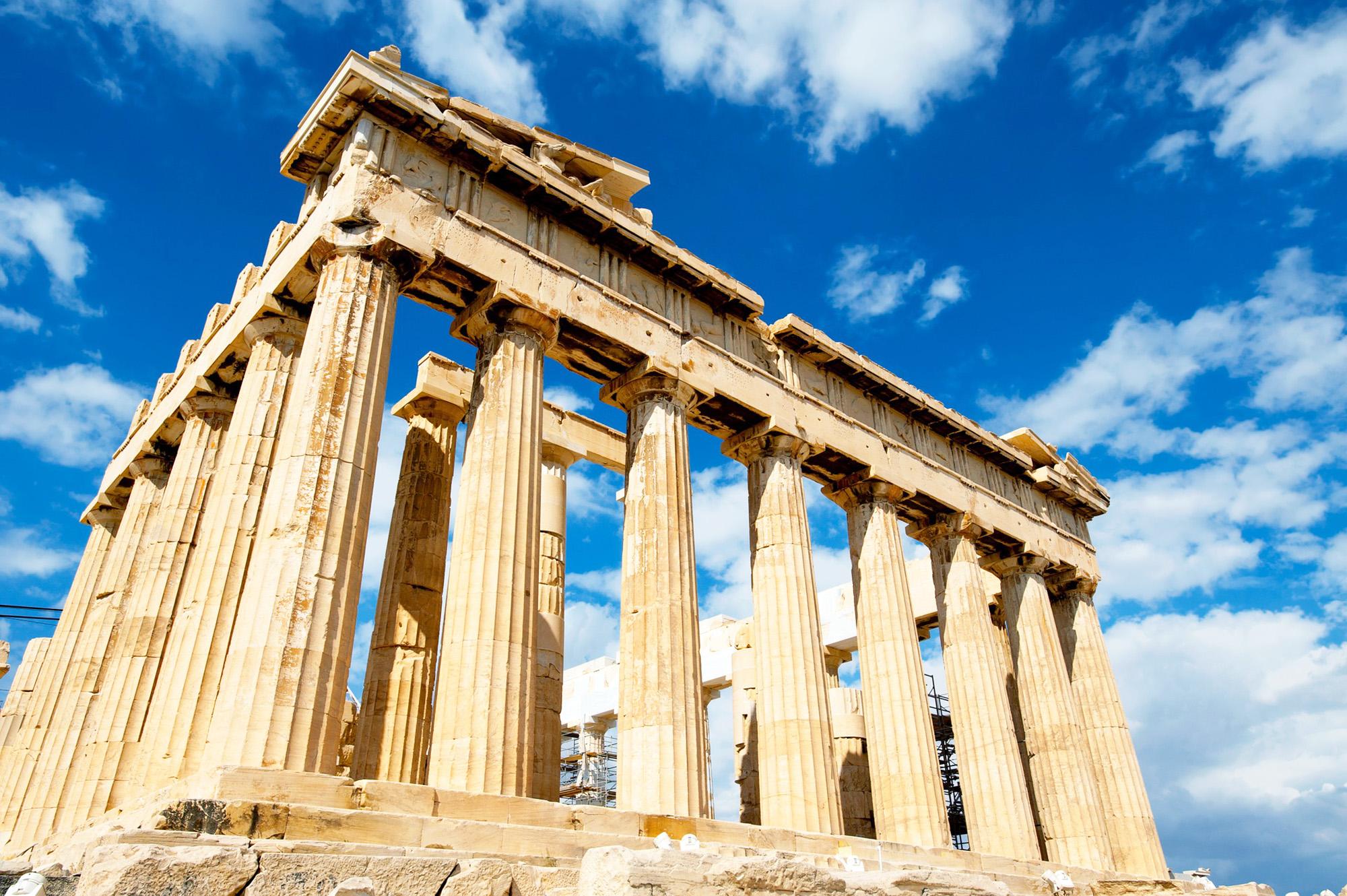 Colonnes antiques érodées par le temps, faisant penser aux temples présents en Grèce.