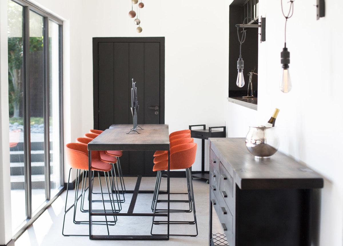 Salon privé avec table à manger moderne équipée de baie vitrée pour profiter du paysage.