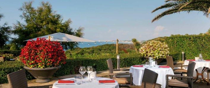 Terrasse d'un restaurant avec vue mer