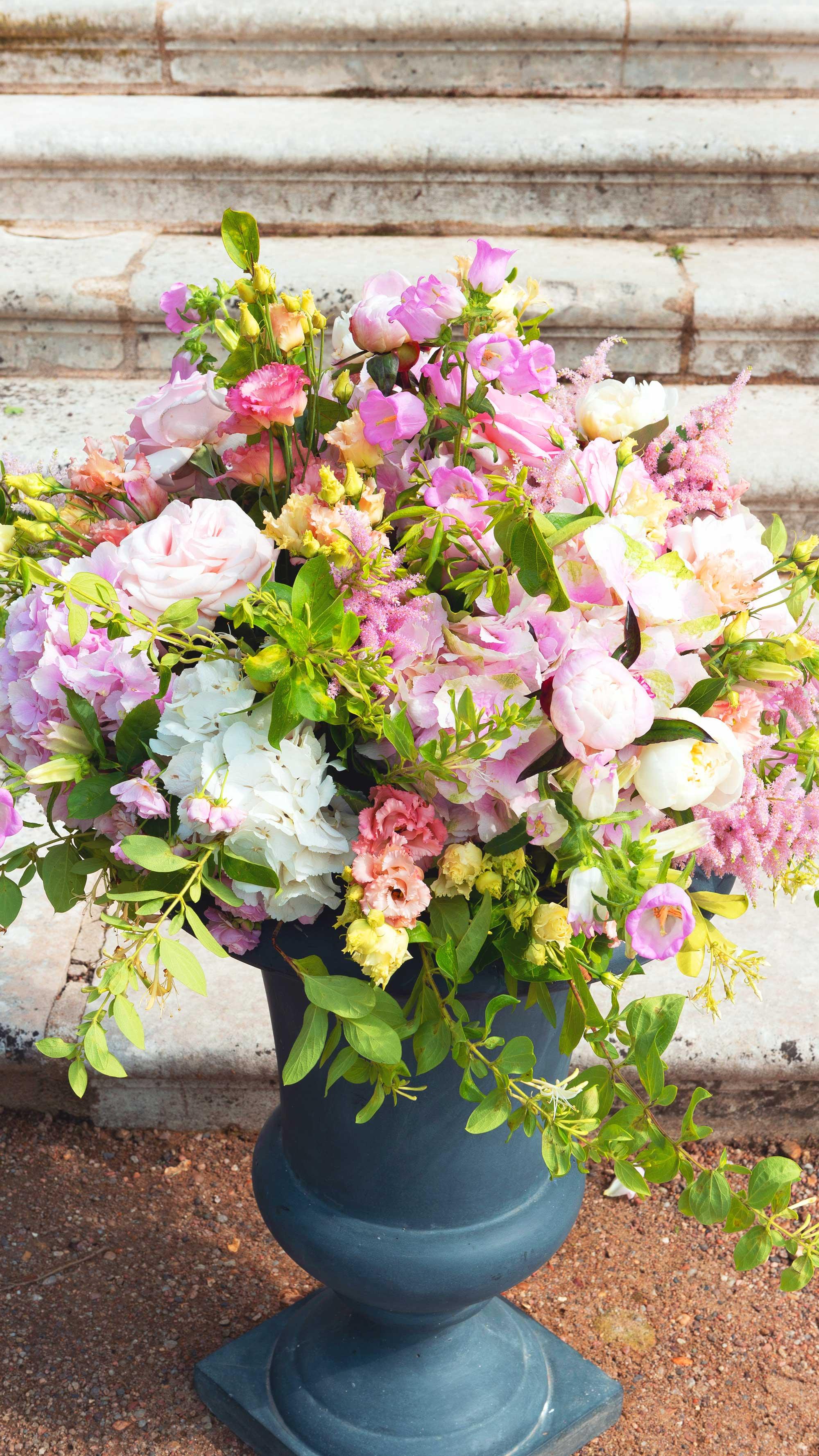 Bouquet de fleur dans vase en pierre