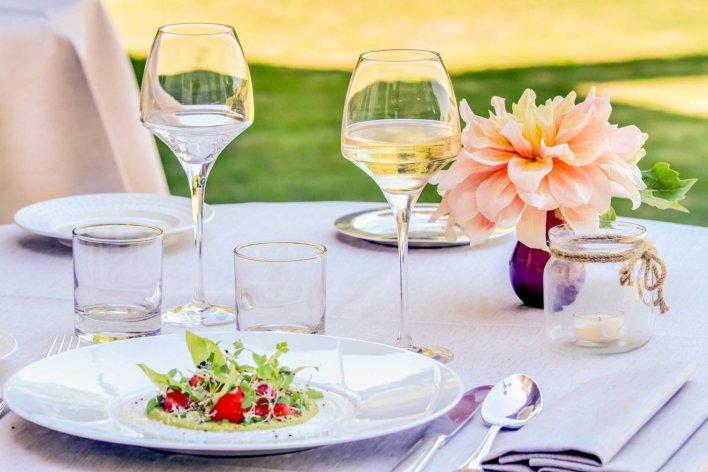 Plat dans une assiette dressée sur une table en extérieure