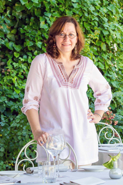 Portrait d'une femme en terrasse avec tunique blanche