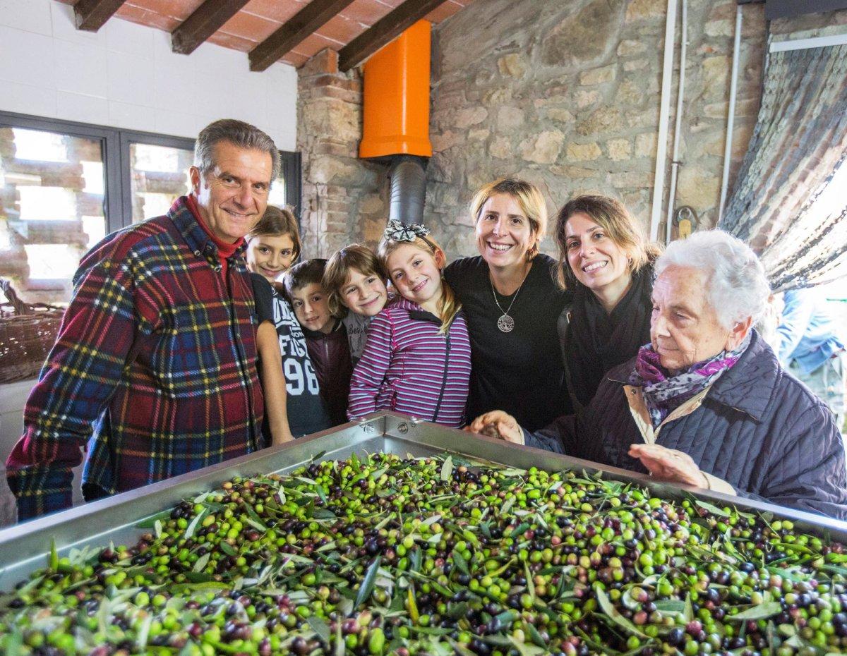 Photo de famille autour d'une cuve d'olive